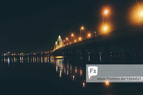 Beleuchtete Clark-Brücke über den Fluss bei Nacht