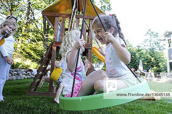 Freunde spielen auf Spielgeräten im Freien auf dem Spielplatz