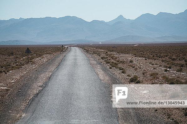 Landstraße gegen Gebirgsketten