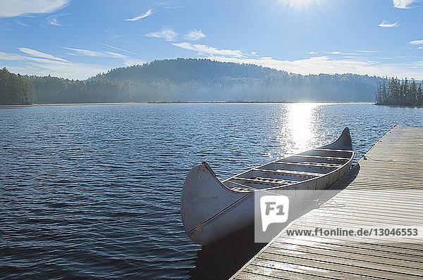 Boot liegt bei sonnigem Wetter an der Mole am See
