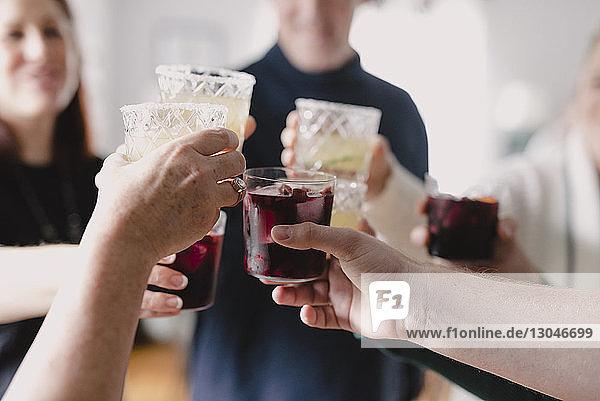 Freunde stoßen bei einer Party zu Hause auf Getränke an