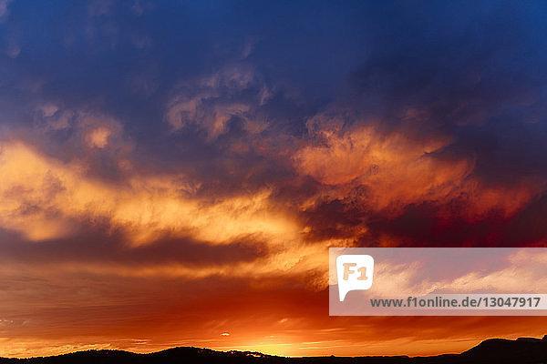Majestätischer Blick auf Wolken vor dramatischem Himmel über Hügeln