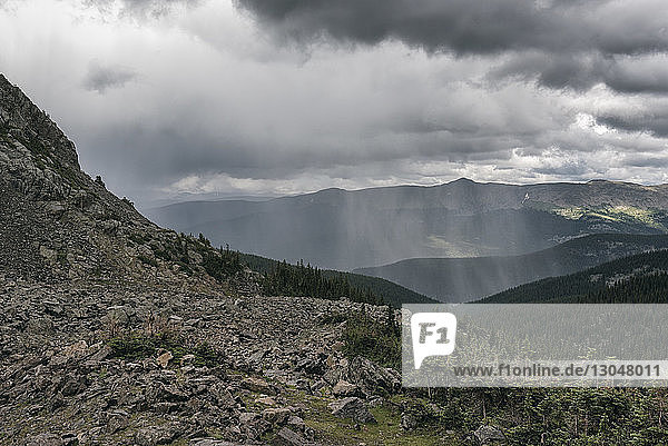 Aussicht auf die Berge des White River National Forest bei bewölktem Himmel