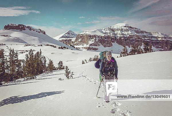 Frau wandert im Grand-Teton-Nationalpark im Winter