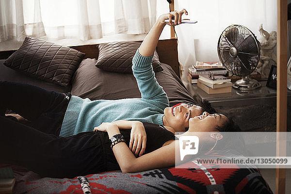 Glückliches Paar  das zu Hause im Bett liegt