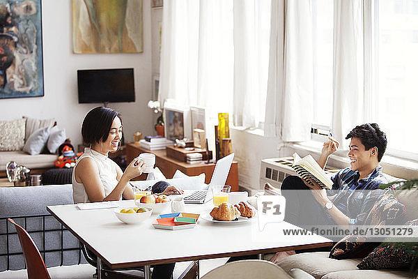 Glückliches Paar verbringt seine Freizeit im Wohnzimmer