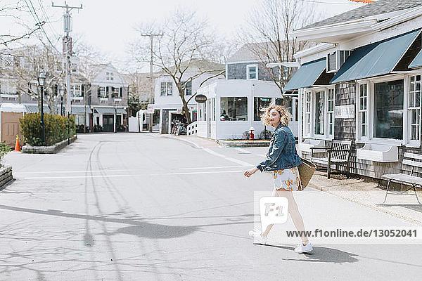 Junge Frau beim Überqueren der Strasse  Porträt  Menemsha  Martha's Vineyard  Massachusetts  USA