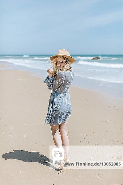 Barfüssige junge Frau am windigen Strand,  Porträt,  Menemsha,  Martha's Vineyard,  Massachusetts,  USA