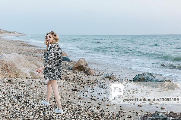 Junge Frau beim Strandspaziergang  Porträt  Menemsha  Martha's Vineyard  Massachusetts  USA