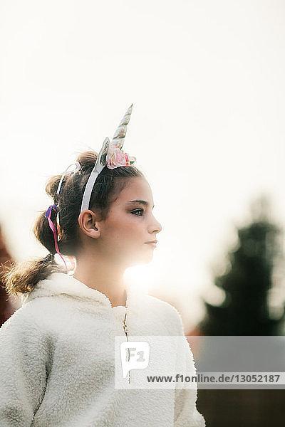Mädchen mit Einhorn-Haarband im Park