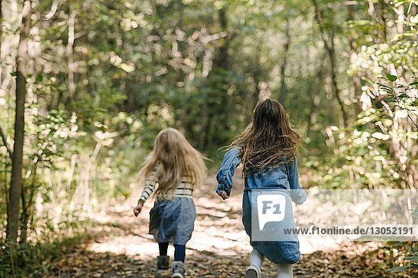 Schwestern laufen im Wald