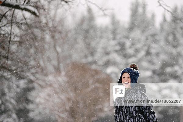 Junge in Winterlandschaft