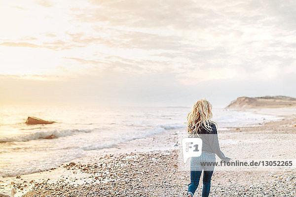 Junge Frau beim Strandspaziergang  Rückansicht  Menemsha  Martha's Vineyard  Massachusetts  USA