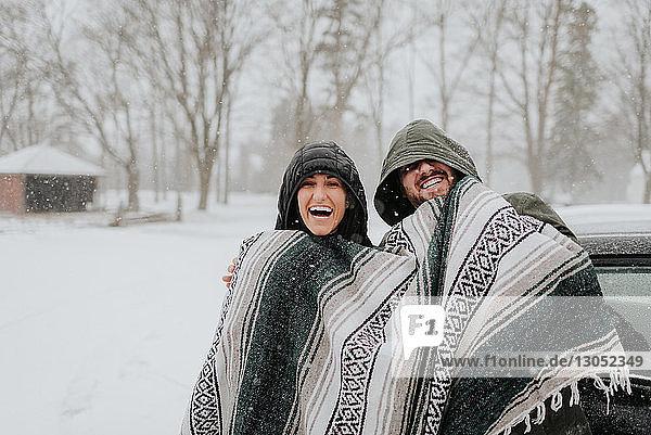 In eine Decke gehülltes Ehepaar in verschneiter Landschaft  Georgetown  Kanada