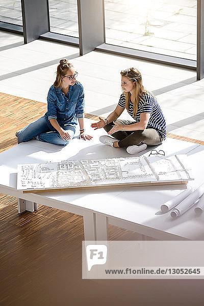 Kollegen beim Brainstorming zum Architekturmodell