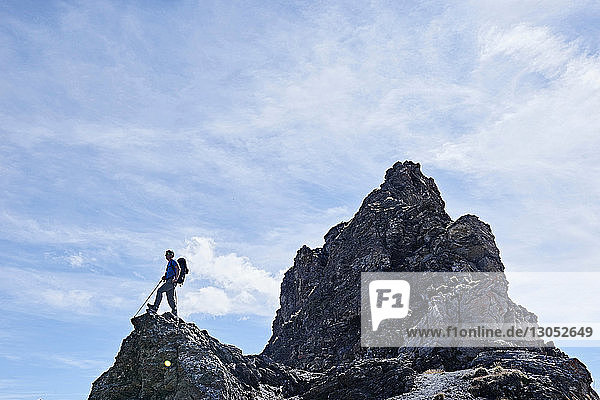 Wanderer auf dem Gipfel eines Felsens  Mont Cervin  Matterhorn  Wallis  Schweiz
