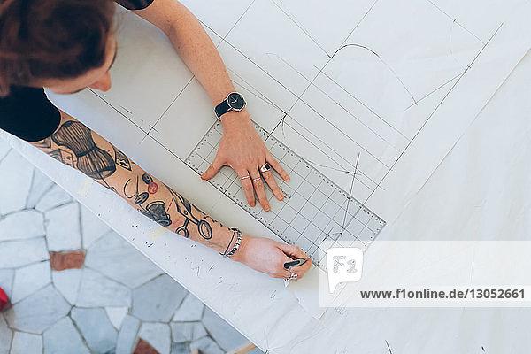 Modedesigner zeichnen und erstellen Schnittmuster für Schneiderinnen Modedesigner zeichnen und erstellen Schnittmuster für Schneiderinnen