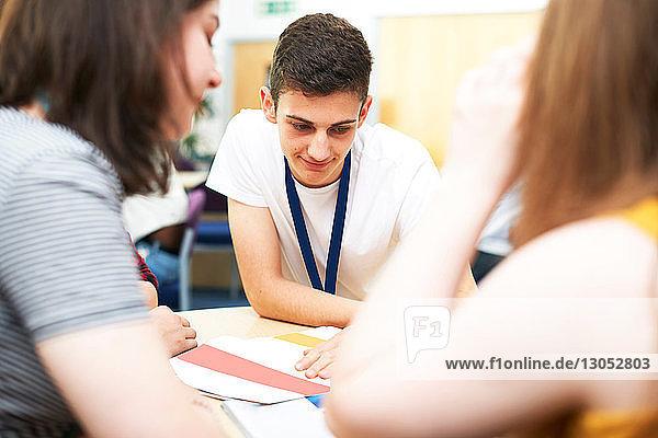 Weibliche und männliche Hochschulstudenten studieren im College-Klassenzimmer  Blick über die Schulter