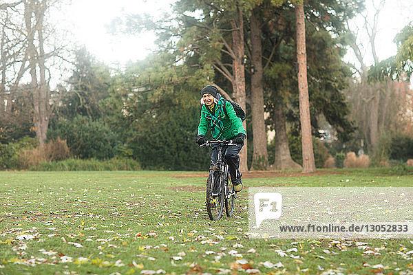 Reife Frau radelt im Park
