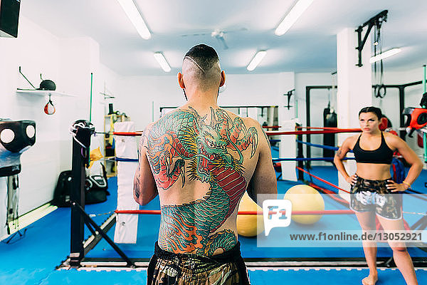 Boxer und Boxerinnen trainieren im Boxring