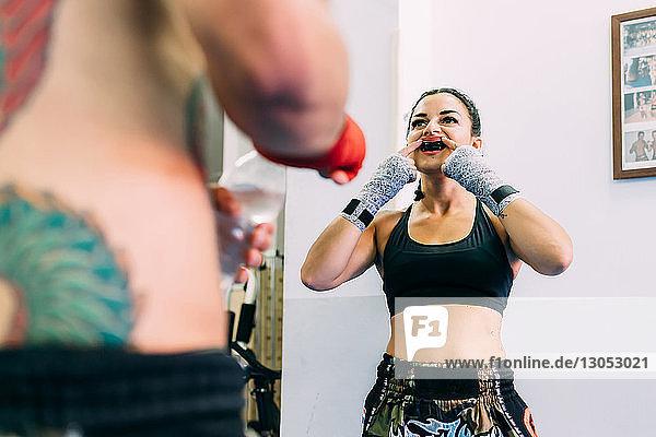 Boxerin setzt Mundschutz auf