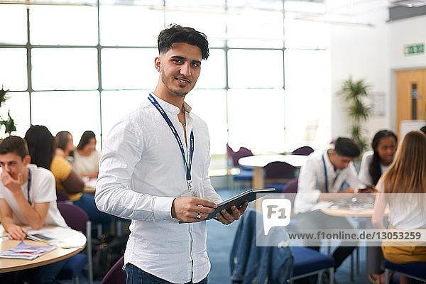 Junger männlicher Hochschulstudent im College-Klassenzimmer  Porträt