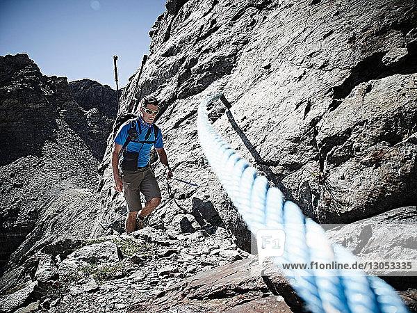 Wanderer mit Seil zur Besteigung einer Felswand  Mont Cervin  Matterhorn  Wallis  Schweiz