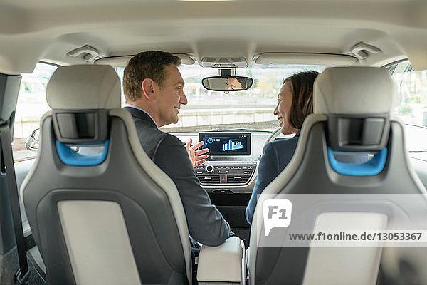 Mann und Frau sitzen in einem Elektroauto  Manchester  UK