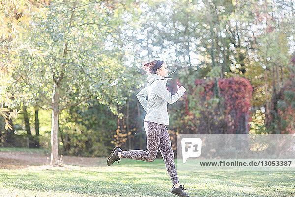 Langlaufjogger läuft im Park