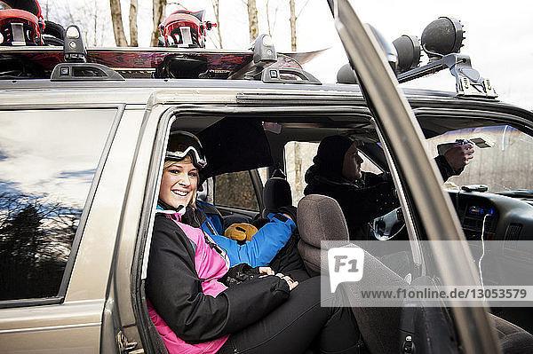 Porträt einer Skifahrerin im Auto sitzend