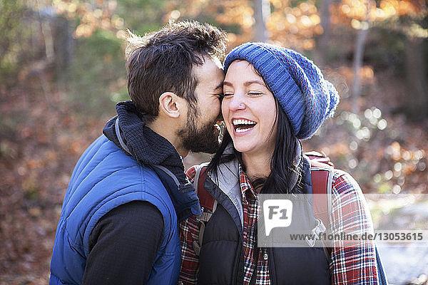 Fröhliches Paar steht auf dem Spielfeld