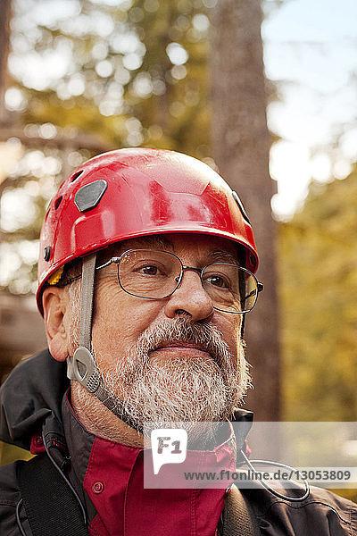 Mann mit Helm schaut weg