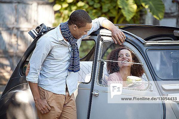 Mann sieht Frau beim Autofahren an