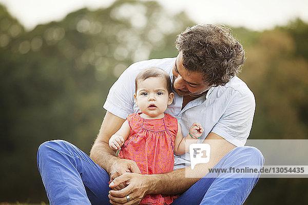 Porträt einer Tochter mit Vater im Park