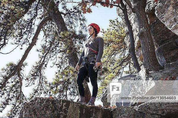 Niedrigwinkelansicht einer auf Felsen stehenden Frau