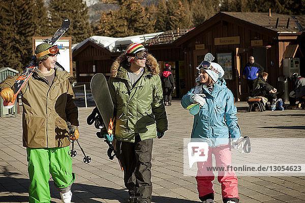 Glückliche Freunde wandern im Skigebiet