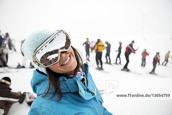 Porträt einer glücklichen Skifahrerin im Skigebiet stehend