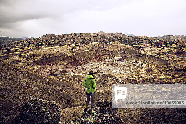 Hochwinkelaufnahme einer Wanderin  die auf einer Landschaft steht