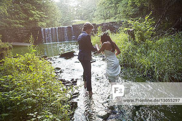 Paar zu Fuß im Fluss