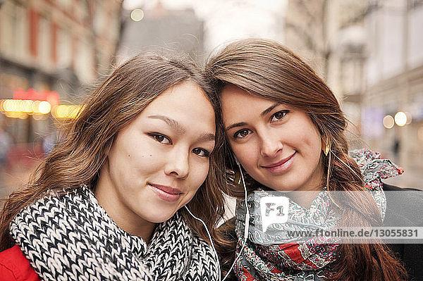 Nahaufnahme-Porträt von lächelnden Freunden in der Stadt