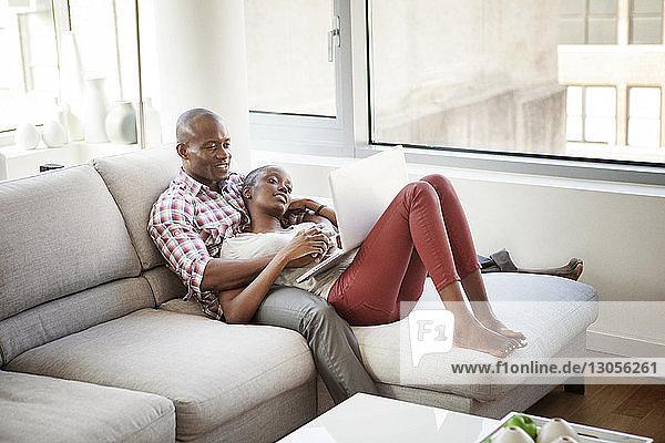 Hochwinkelansicht des Paares mit Laptop zu Hause
