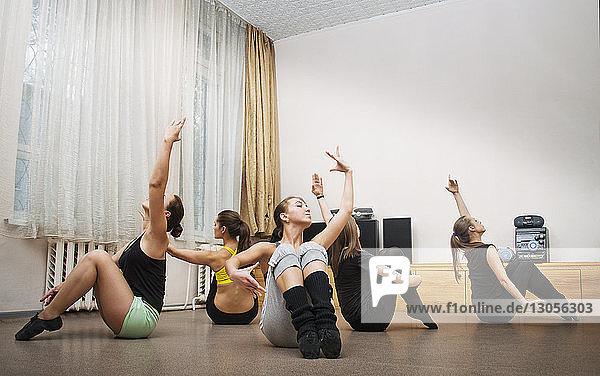 Freundinnen  die zu Hause auf der Tanzfläche tanzen
