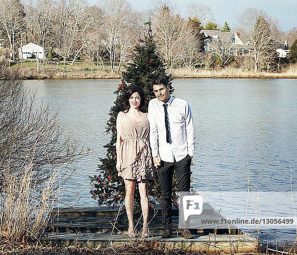 Porträt eines Ehepaares am Steg vor dem Weihnachtsbaum stehend