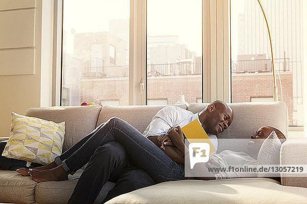 Romantisches Paar genießt zu Hause auf dem Sofa