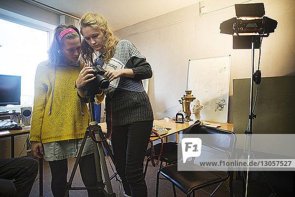 Fotografinnen schauen im Studio in die Kamera