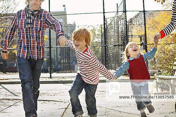 Glückliche Kinder mit Eltern im Park