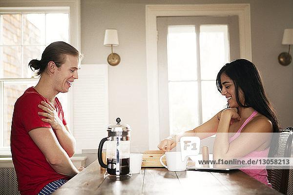 Glückliches Paar spielt zu Hause Backgammon