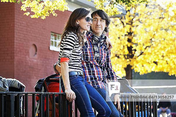 Paar mit Arm um das Geländer gelehnt