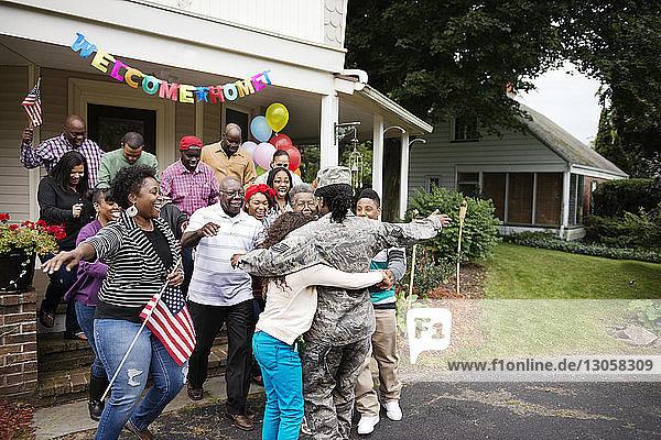 Weiblicher Soldat umarmt Familie und Freunde