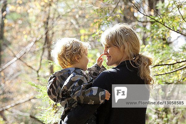 Rückansicht der Mutter  die ihr Kind austrägt